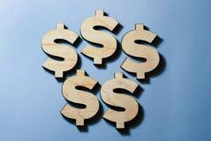 I simboli dei dollari si trovano su un fondo blu fotografia stock libera da diritti