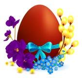 I simboli di festa di Pasqua hanno colorato l'uovo, ramo del salice, l'arco blu, fiore della viola Fotografia Stock