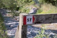 I simboli e firma dentro i sentieri nel bosco immagini stock