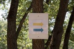 I simboli e firma dentro i sentieri nel bosco fotografia stock