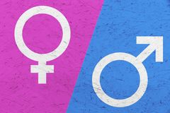 I simboli maschii e femminili Marte di genere ed il Venere cede firmando un documento il rosa ed il fondo irregolare blu di strut Fotografie Stock Libere da Diritti