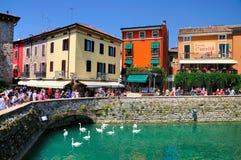 Den upptagna townen kvadrerar i Sirmione, Italien royaltyfri fotografi