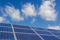 I sistemi di tracciamento del pannello solare con le nuvole infuriano la venuta qui Immagini Stock Libere da Diritti
