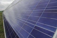 I sistemi di tracciamento del pannello solare con le nuvole stesse infuriano la lepre venente Fotografia Stock