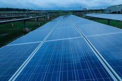I sistemi di tracciamento del pannello solare con le nuvole stesse infuriano la venuta qui Fotografia Stock Libera da Diritti