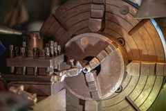 I skeppsvarven ska använda tungt lyfta hissar framställning den lämplig fastar fotografering för bildbyråer