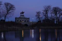 I skymningen statyn av det allmänna lånet i Chicago Lincoln Park arkivfoto