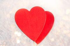 I snölögnerna en röd hjärta som göras av trä Mall för ett feriekort med en vit textur och fritt utrymme för text Arkivfoto