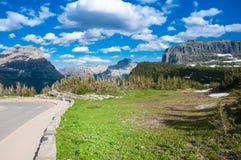 Iść słońce droga przy lodowa parkiem narodowym Fotografia Royalty Free