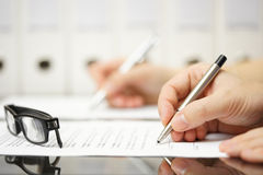 I soci commerciali stanno firmando il contratto dopo la riuscita riunione Immagini Stock