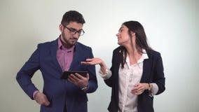 I soci commerciali un uomo esamina la compressa e la ragazza dopo che il ballo ottiene i soldi vinti nella scommessa dal stock footage