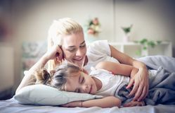 I sogni più dolci è quando mamma che vi abbraccia fotografia stock libera da diritti