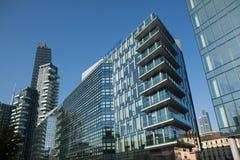 I solarium si elevano nel distretto di Porta Nuova a Milano, Italia Fotografie Stock Libere da Diritti