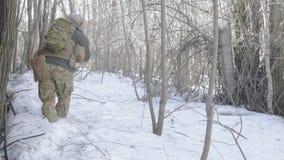 I soldati in cammuffamento con le armi di combattimento fanno il loro modo fuori di vecchia costruzione, allo scopo di catturarlo Immagini Stock Libere da Diritti