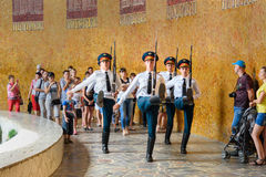 I soldati custodicono il marzo in Corridoio di gloria militare Mamayev complesso commemorativo Kurgan a Volgograd Fotografia Stock