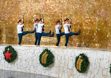 I soldati custodicono il marzo in Corridoio di gloria militare Mamayev complesso commemorativo Kurgan a Volgograd Immagini Stock Libere da Diritti
