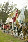 I soldati del patriota con le bandiere marciano per cedere il campo come componente del 225th anniversario della vittoria a Yorkt Immagini Stock