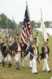 I soldati del patriota marciano per cedere il campo come componente del 225th anniversario della vittoria a Yorktown, una rievoca Immagine Stock