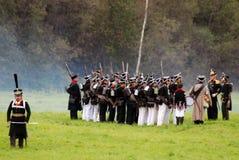 I soldati dell'esercito a Borodino combattono la rievocazione storica in Russia Immagini Stock