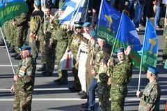 I soldati delle truppe disperse nell'aria fotografia stock