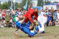 I soldati dispersi nell'aria dimostrano la padronanza delle arti marziali Immagini Stock