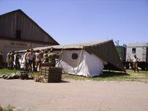 I soldati russi hanno installato una tenda per gli esercizi militari Nei precedenti è l'attrezzatura militare Aspetti per tutto i fotografie stock