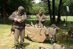 I soldati si avvicinano alla tabella Fotografie Stock