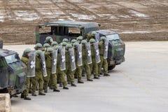 I soldati tedeschi della polizia militare difende un'area contro il ruolo che gioca i dimostratori fotografie stock libere da diritti