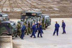 I soldati tedeschi della polizia militare difende un'area contro il ruolo che gioca i dimostratori fotografia stock libera da diritti