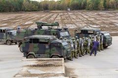 I soldati tedeschi della polizia militare difende un'area contro il ruolo che gioca i dimostratori fotografie stock