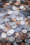 I soldi coniano il fondo della goccia di acqua Immagini Stock Libere da Diritti