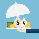 I soldi d'offerta dell'uomo d'affari sul piatto di servire Fotografia Stock Libera da Diritti
