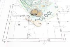 I soldi e la chiave che si trovano sull'alloggio progettano Immagini Stock Libere da Diritti