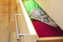 I soldi messi in comunicazione con per tenere mettono in serbo nel cassettone immagini stock