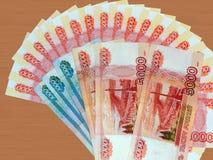 I soldi russi di 5000 e 1000 rubli Fotografia Stock