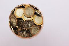 I soldi russi sono in un porcellino salvadanaio immagini stock