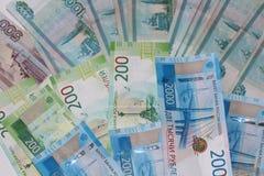I soldi russi stanno trovandosi su un fondo bianco immagini stock