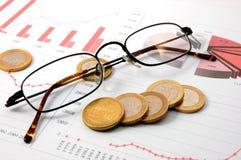 I soldi sopra il diagramma di affari mostrano il successo Fotografia Stock
