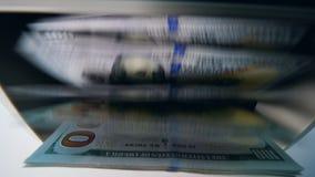 I soldi stampati hanno controllato in una macchina di conteggio ad una banca stock footage