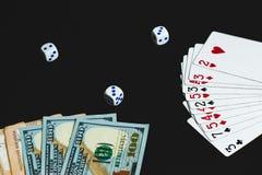 I soldi, tagliano e cardano su un fondo nero Primo piano immagini stock