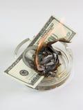 I soldi in un portacenere bruciano Fotografie Stock Libere da Diritti