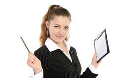 I sorrisi della ragazza, in mani tiene una matita meccanica immagine stock