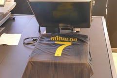 I sostenitori di Juventus FC in deposito ufficiale per il New Jersey numerano 7 di Cristiano Ronaldo fotografia stock