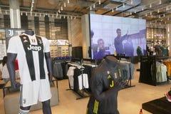 I sostenitori di Juventus FC in deposito ufficiale per il New Jersey numerano 7 di Cristiano Ronaldo immagine stock libera da diritti