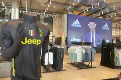 I sostenitori di Juventus FC in deposito ufficiale per il New Jersey numerano 7 di Cristiano Ronaldo fotografia stock libera da diritti
