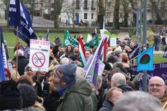 I sostenitori marciano attraverso Brighton, Regno Unito nella protesta contro i tagli previsti ai servizi del settore pubblico Il Fotografie Stock