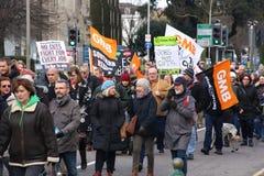 I sostenitori marciano attraverso Brighton, Regno Unito nella protesta contro i tagli previsti ai servizi del settore pubblico Il Fotografie Stock Libere da Diritti