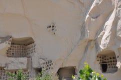 I sottotetti di piccione hanno scolpito in Rockface - Rose Valley rossa, Goreme, Cappadocia, Turchia Immagini Stock Libere da Diritti