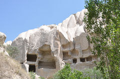 I sottotetti di Pigoen hanno scolpito in Rockface - Rose Valley rossa, Goreme, Cappadocia, Turchia Immagine Stock