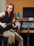 I spåren för studioinspelninggitarr Arkivbilder
